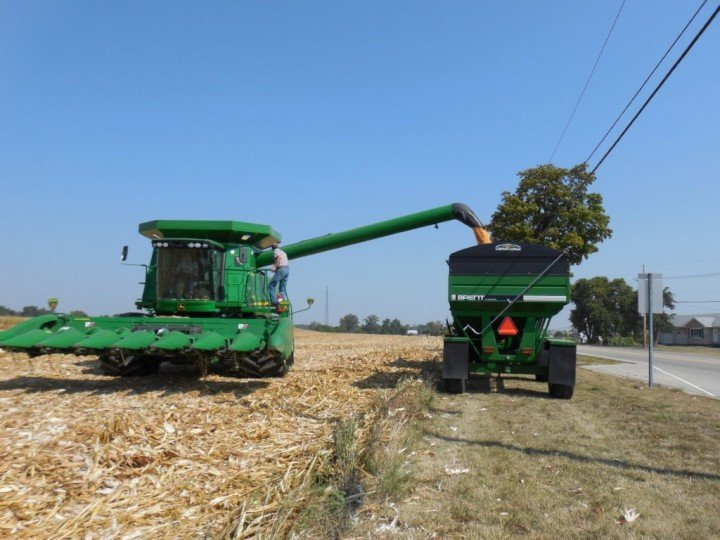 Father and son, Jim and Scott Fourman, are taking advantage of some early drying discounts at the local ethanol plant in Greenville. This field was planted the last week of April, and the first load on the monitor is showing 159-179 bpa, test weight of 54.5, and moisture at 28%.